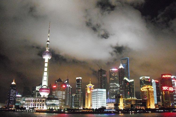 Visione della skyline di Shanghai di notte su Cinesespresso