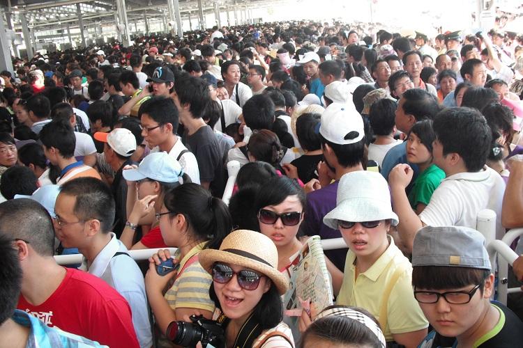 un mare di persone in attesa di prendere parte ad un evento a Shanghai su cinesespresso