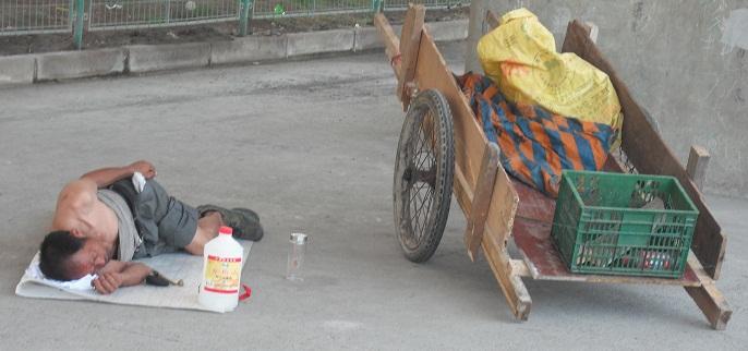 La povertà in Cina - Un uomo ed i suoi pochi averi
